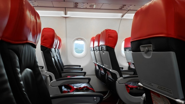 Interni aerei deserti, sedili passeggeri vuoti.
