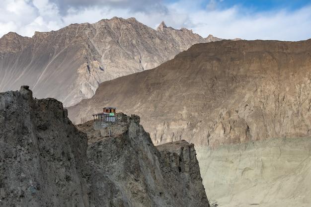 Montagne abbandonate vicino alla valle pakistan di hunza del ghiacciaio della tramoggia