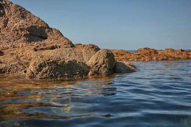 Spiaggetta rocciosa deserta del sud sardegna in un pomeriggio d'estate di agosto