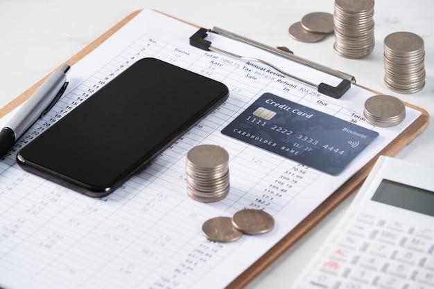 Concetto di progetto del rapporto di revisione dell'analisi di riepilogo annuale con calcolatrice, pagamento con dispositivo elettronico e carta di credito.