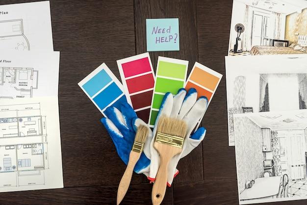 Ristrutturazione casa di design. composizione del piano della casa e pennelli con tavolozza di colori sul tavolo. spettro dei colori