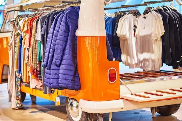 Negozio di design con vendita di vestiti alla moda. negozio di moda