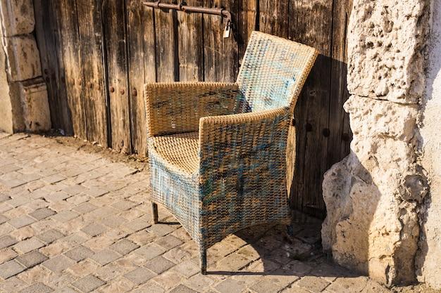 Mobili vintage di design da esterno. sedia di vimini in strada