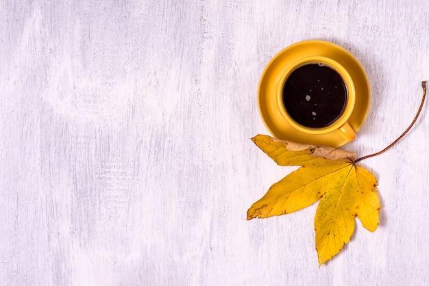 Design con foglie d'autunno e copia spazio. caffè mattutino caldo.
