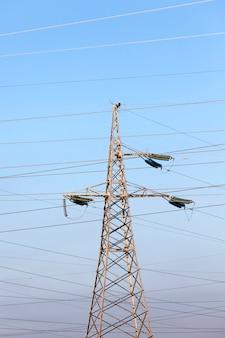 Pali progettati e fili metallici per il trasporto di corrente elettrica