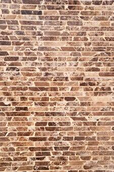 Primo piano del muro di mattoni marrone e nero del progettista