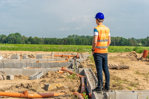 Progettista sulla costruzione della fondazione dell'edificio
