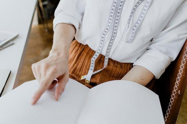 Designer guardando un catalogo