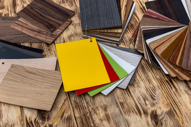 Posto di lavoro del designer con diversi campioni di legno