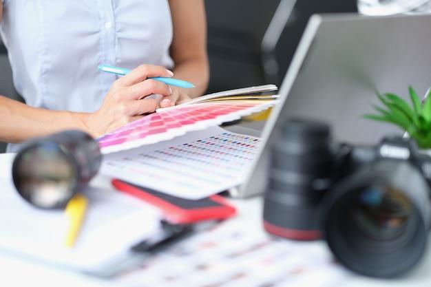 Il designer seleziona i colori dalla tavolozza per il lavoro creativo del progetto come concetto di designer