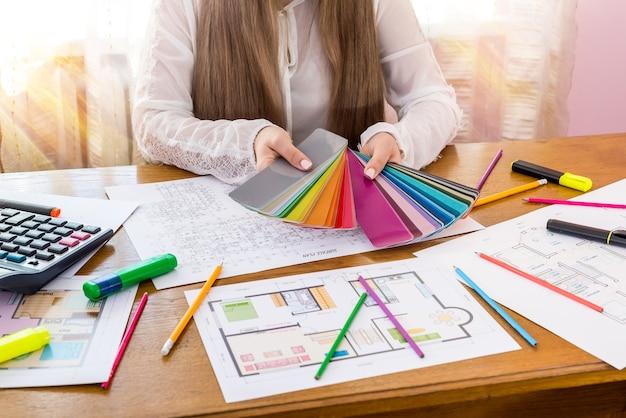 Designer che mostra il campione di colore