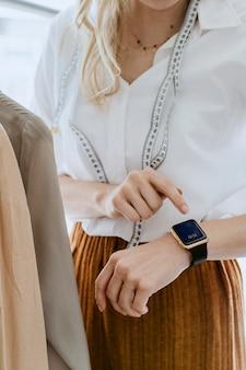 Designer che utilizza uno smartwatch digitale
