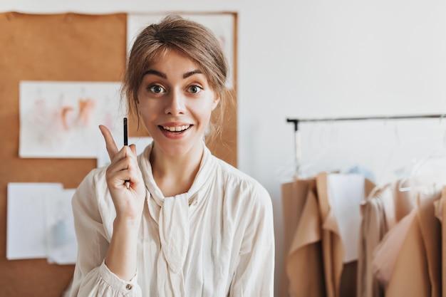 La donna di design in camicetta bianca ha un'idea fantastica