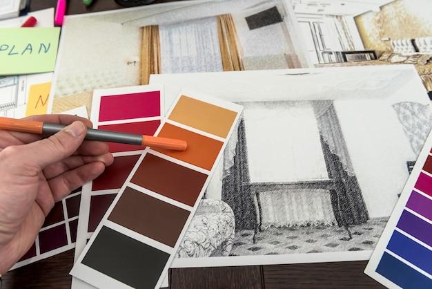 Designer lavora a casa ristrutturazione scelta colore per lo schizzo appartamento