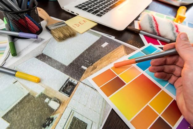 Designer lavora a casa ristrutturazione scelta colore per schizzo appartamenti