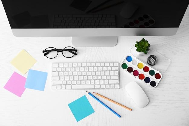 Designer sul posto di lavoro, vista dall'alto