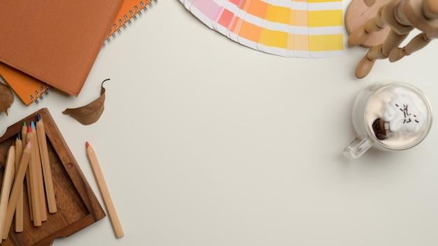 Area di lavoro di design con matite colorate