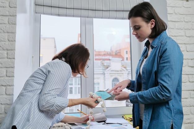 Designer che scelgono tessuti e accessori per tende utilizzando tavolozze con campioni