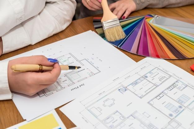 Designer che discutono di colori per un nuovo progetto, lavoro di squadra