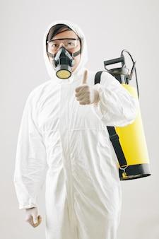 Disinfezione del lavoratore del servizio