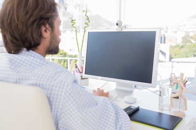 Desinger lavora al suo computer