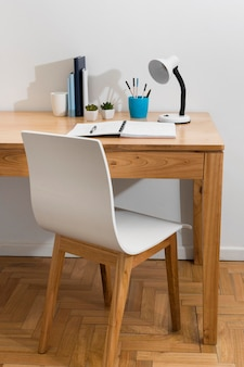 Disposizione scrivania con sedia