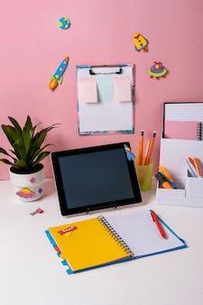 Scrivania nella stanza dei bambini. primo piano di un'accogliente area di lavoro nella stanza dello studente.