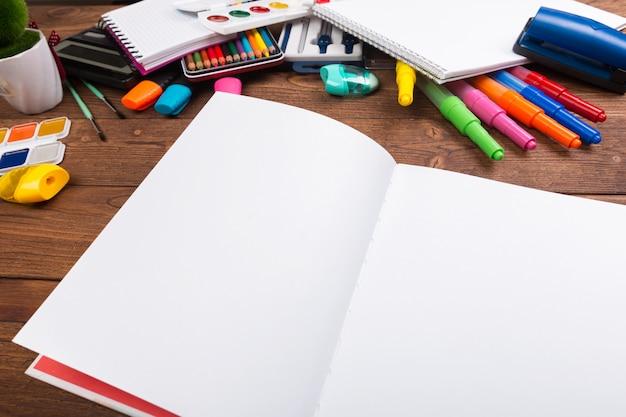 Scrivania ingombra di articoli per ufficio