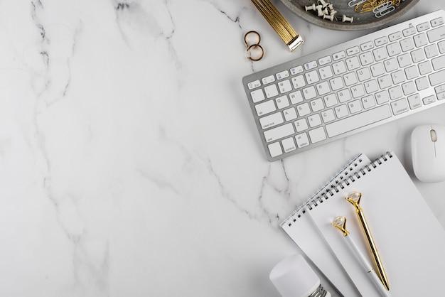 Articoli da scrivania con copia spazio sul tavolo di marmo
