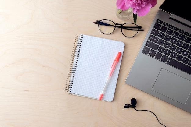 Scrivania con computer, notebook, microfono per registrazione podcast, formazione, istruzione.