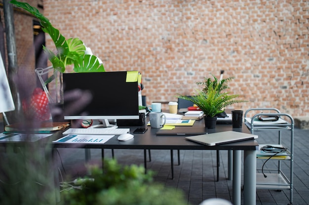 Scrivanie con computer e altre forniture per ufficio, un concetto di coworking.