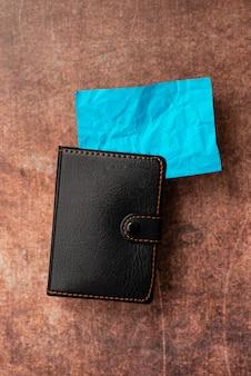 Desktable con smartphone portafoglio in pelle occhiali da vista blocco note.telefono cellulare tecnologico moderno