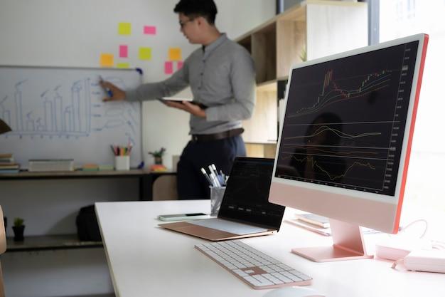 Il computer desktop mostra i dati di crescita dell'azienda con grafici in un ufficio moderno.