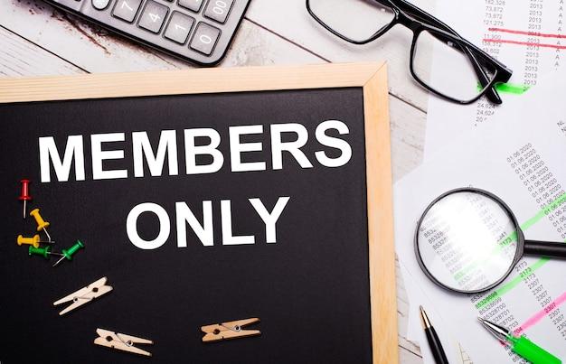 Il desktop ha una lente d'ingrandimento, penne e una lavagna con mollette e testo solo per i membri.
