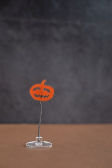 Supporto da tavolo per biglietti e appunti a forma di zucca. idea di sfondo di halloween.