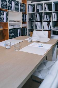 Desktop con grafici e diagrammi pronto per incontrarsi in sede