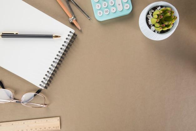 Sul desktop con blocco note, calcolatrice, carta e bicchieri. concetto di desktop