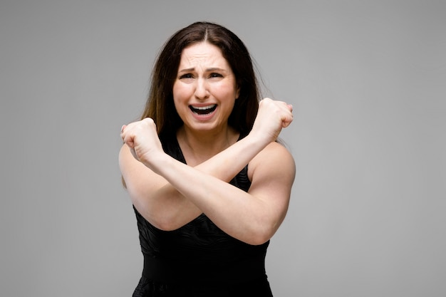 Donna disperata in sovrappeso in abiti alla moda Foto Premium