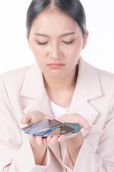 Donna disperata che tiene molte carte di credito con un'enorme quantità di debito, concetto di denaro inesigibile