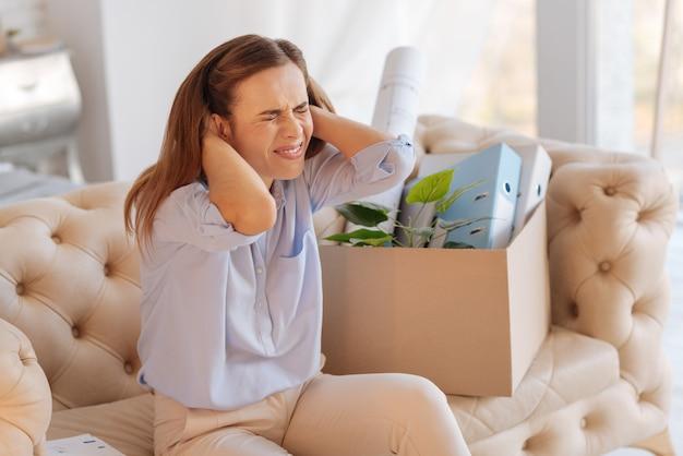 Disperazione. giovane donna emotiva disperata che piange e urla mentre è sconvolta per aver perso un buon lavoro e sentirsi inutile