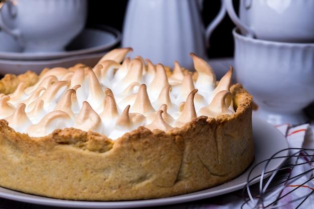 Dessert - deliziose crostate al limone e classica topping di meringa