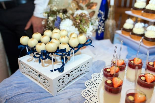 Dessert da una varietà di dolci decorati