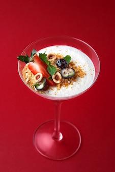 Dessert - trio muss, coppa con mousse al cioccolato dolce con fragole e foglia di menta rossa