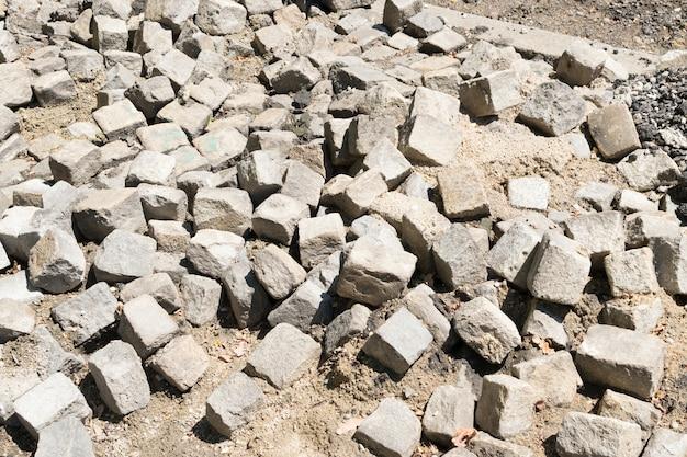 Pavimento acciottolato in mattoni antichi distrutti