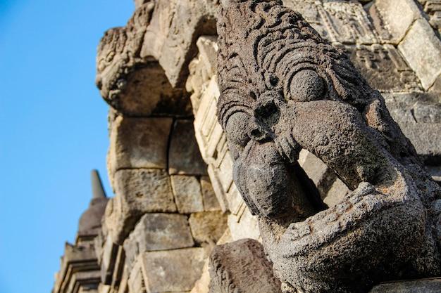 Dettaglio di una bella figura del tempio di borobudur. indonesia