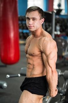Dettaglio di un bodybuilder in posa in palestra