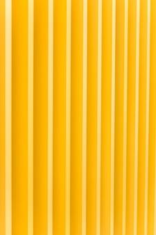 Dettaglio della facciata di edificio in metallo giallo brillante. per lo sfondo