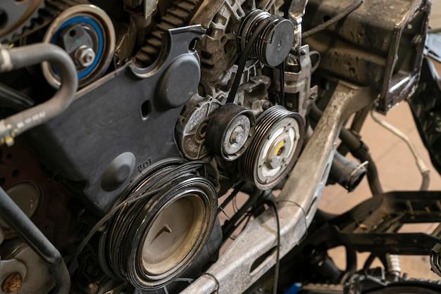 Particolare della cinghia rotta nel motore dell'auto