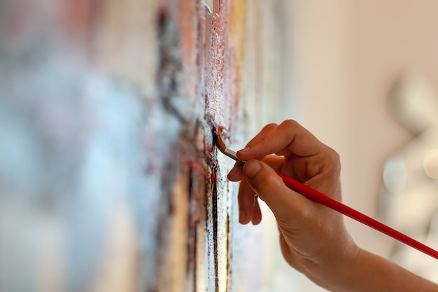 Particolare del pennello su un dipinto su tela.