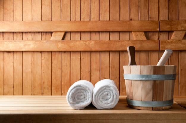 Dettaglio del secchio e asciugamani bianchi in una sauna